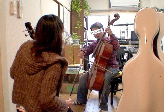 チェロを練習するTさん